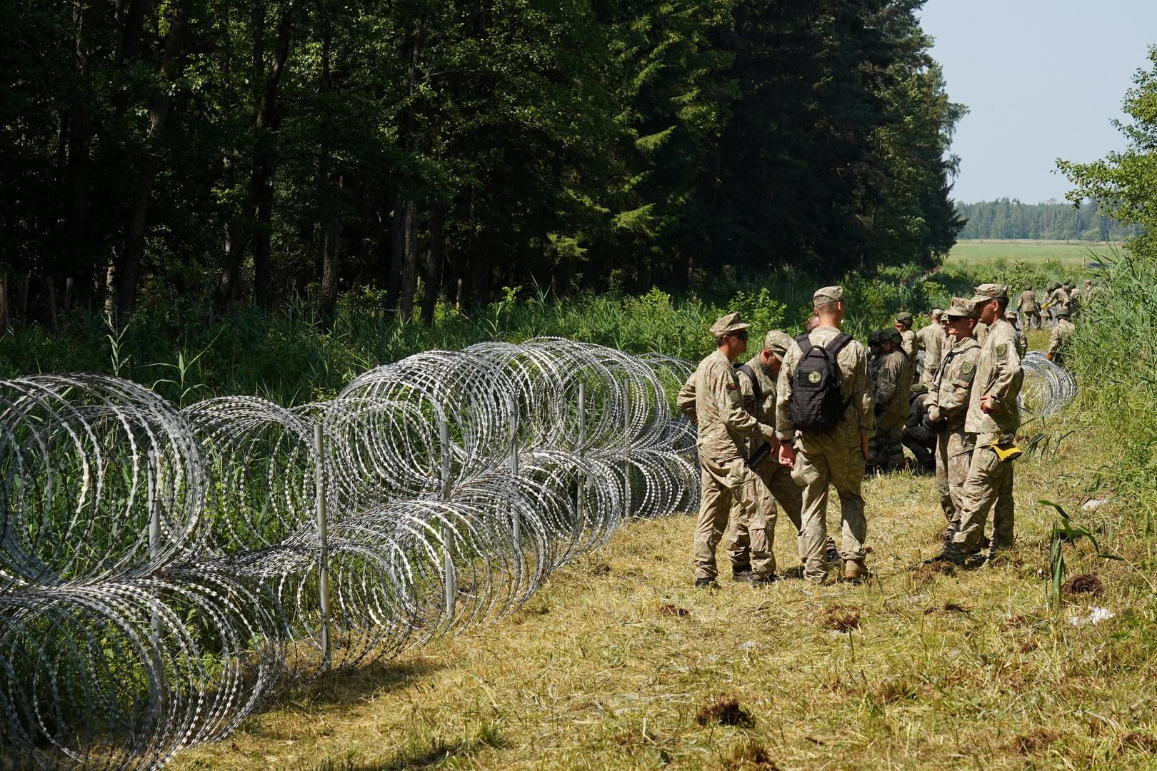 إشناء سياج عند حدود بيلاروس وليتوانيا