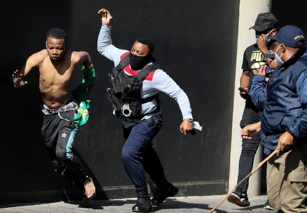 جنوب إفريقيا تستدعي قوات الاحتياط لمواجهة الاضطرابات- فيديو
