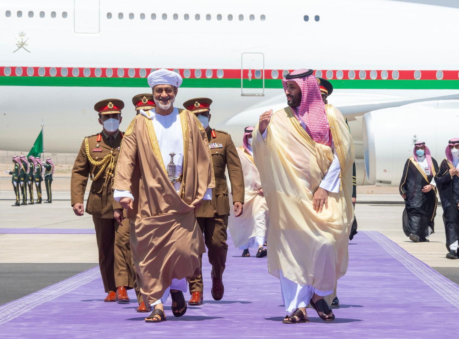 ولي العهد السعودي محمد بن سلمان والسلطان العماني هيثم بن طارق