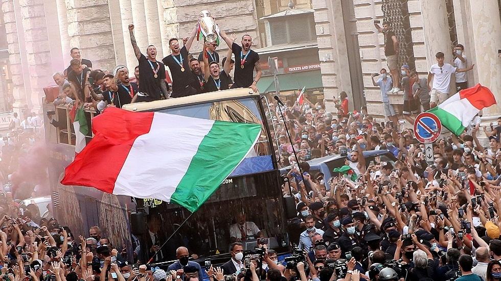 رغم كورونا.. حشود غفيرة في شوارع روما تحتفي بأبطال أوروبا (فيديو وصور)