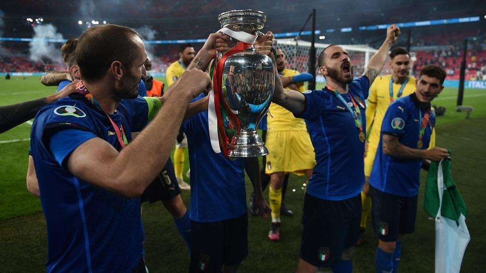 شاهد نجم المنتخب الإيطالي يدخن خلال احتفالات التتويج بكأس أمم أوروبا (فيديو وصور)