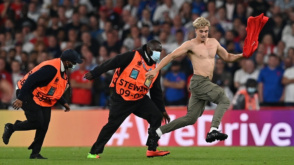 شاهد لقطة لم يتم عرضها أثناء نهائي أمم أوروبا.. مشجع يقتحم أرضية الملعب ورجال الأمن يطاردونه
