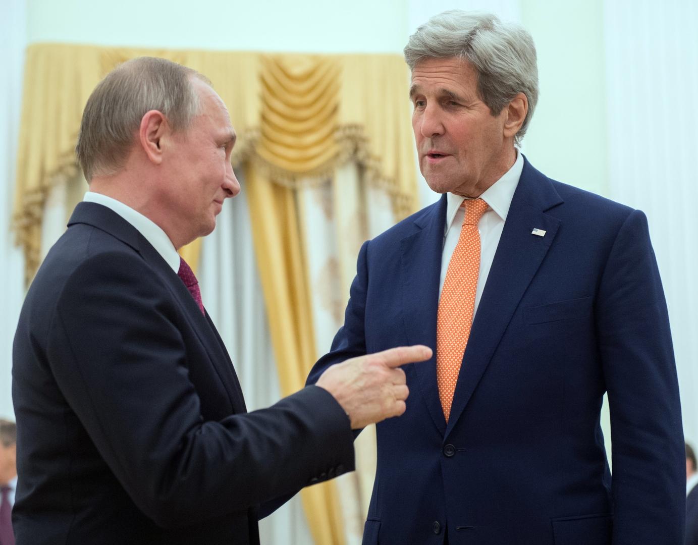 الرئيس الروسي فلاديمير بوتين والمبعوث الرئأسي الأمريكي لشؤون المناخ جون كيري (أرشيف)