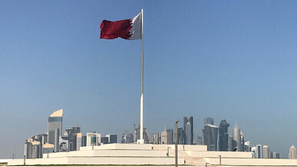 علم قطر في الدوحة.