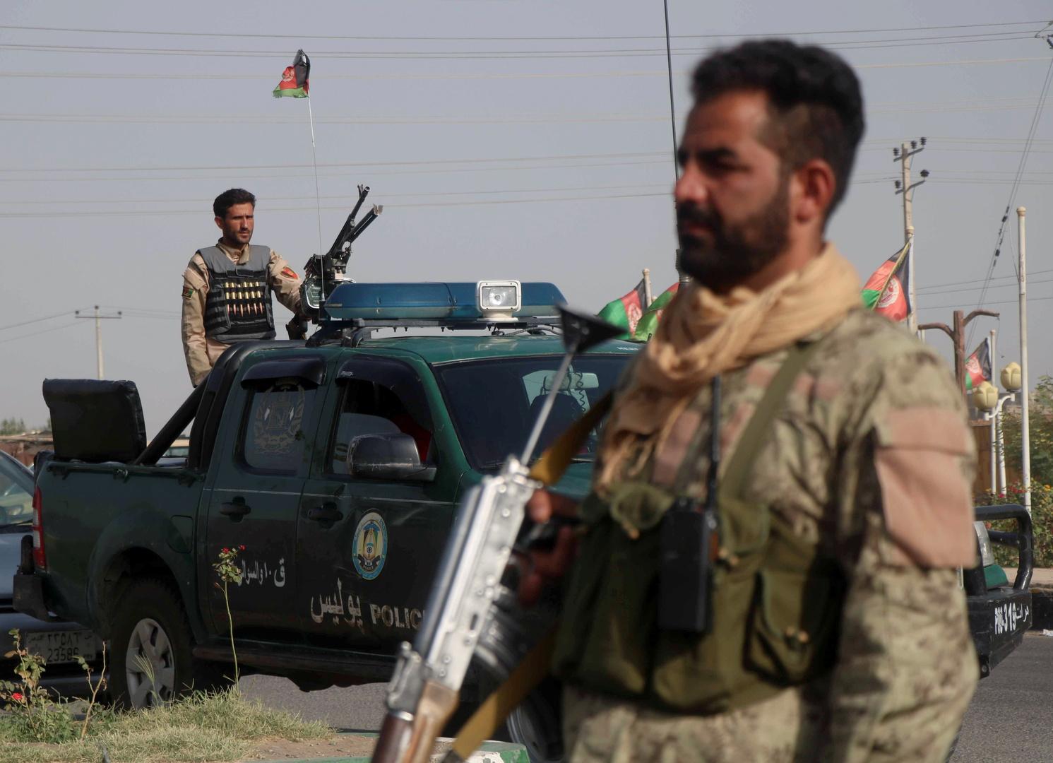 قوات الأمن الأفغانية تراقب عند نقطة تفتيش في منطقة غوزارا بإقليم هرات