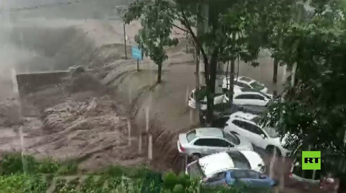 مقتل 12 شخصا وإجلاء 100 ألف جراء فيضانات اجتاحت مدينة تشنغتشو الصينية