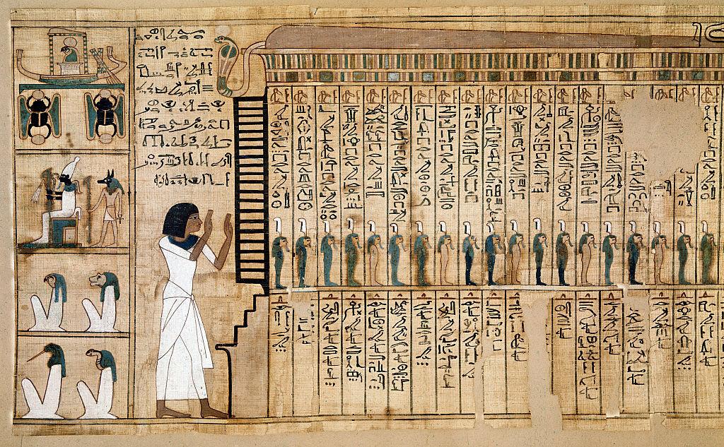 يفصل بينهما نصف عالم .. تطابق قطعتي كفن مومياء مصرية يكشف عن لغز عمره 2300 عام