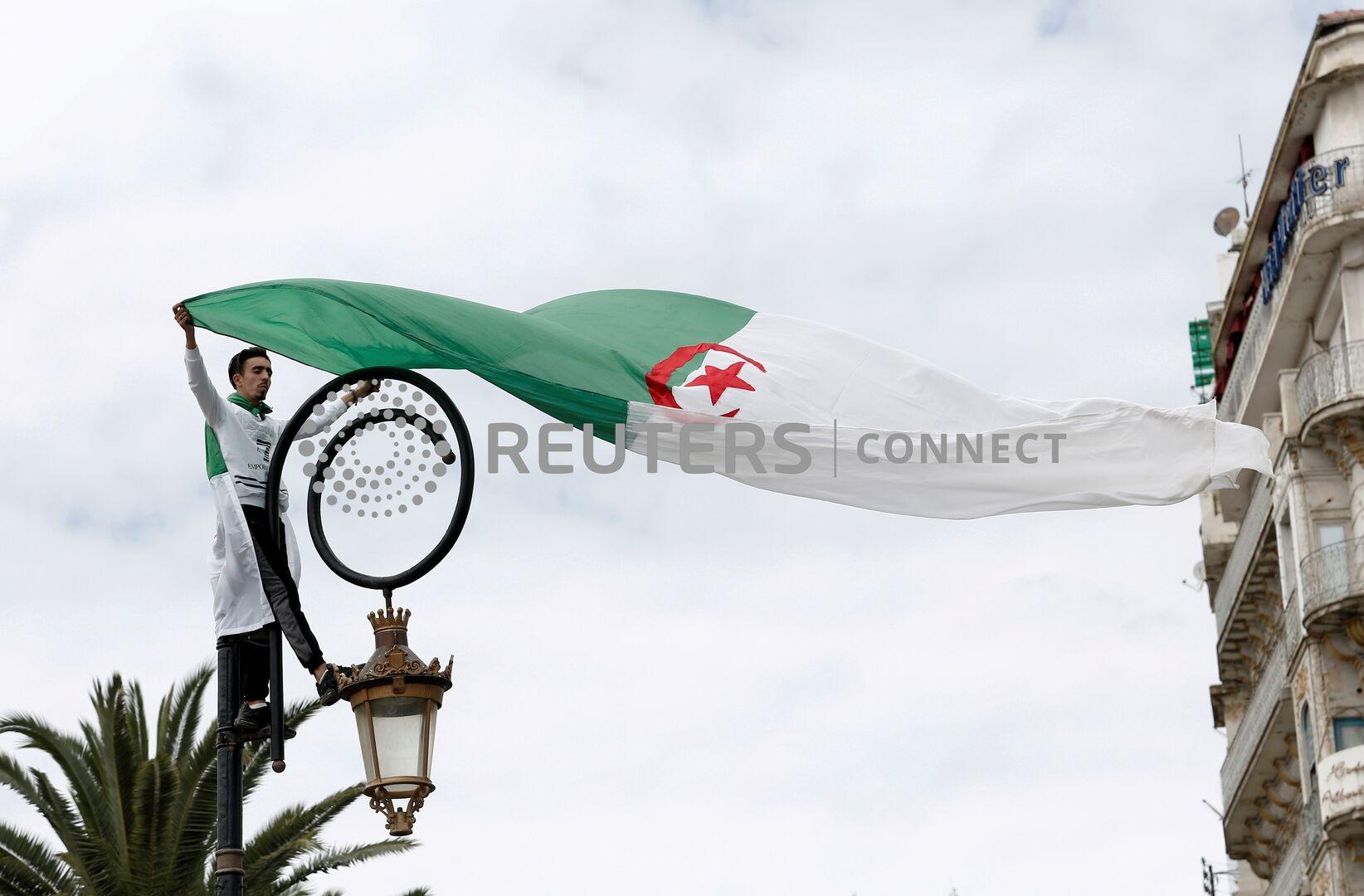 الجزائر.. توقيف عشرات العاطلين عن العمل في صدامات مع الشرطة