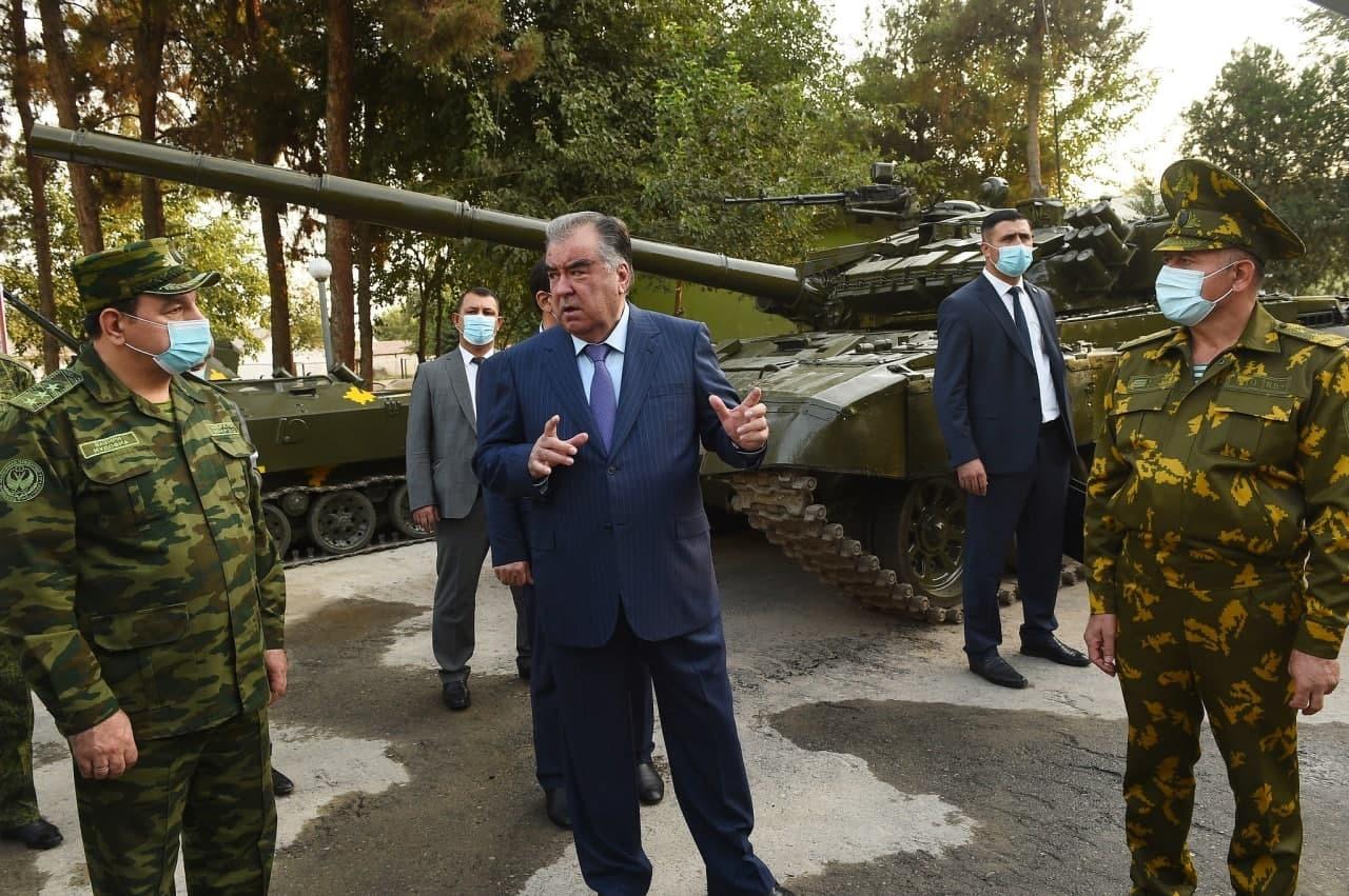 رئيس طاجيكستان يتفقد الحدود مع أفغانستان (صور)