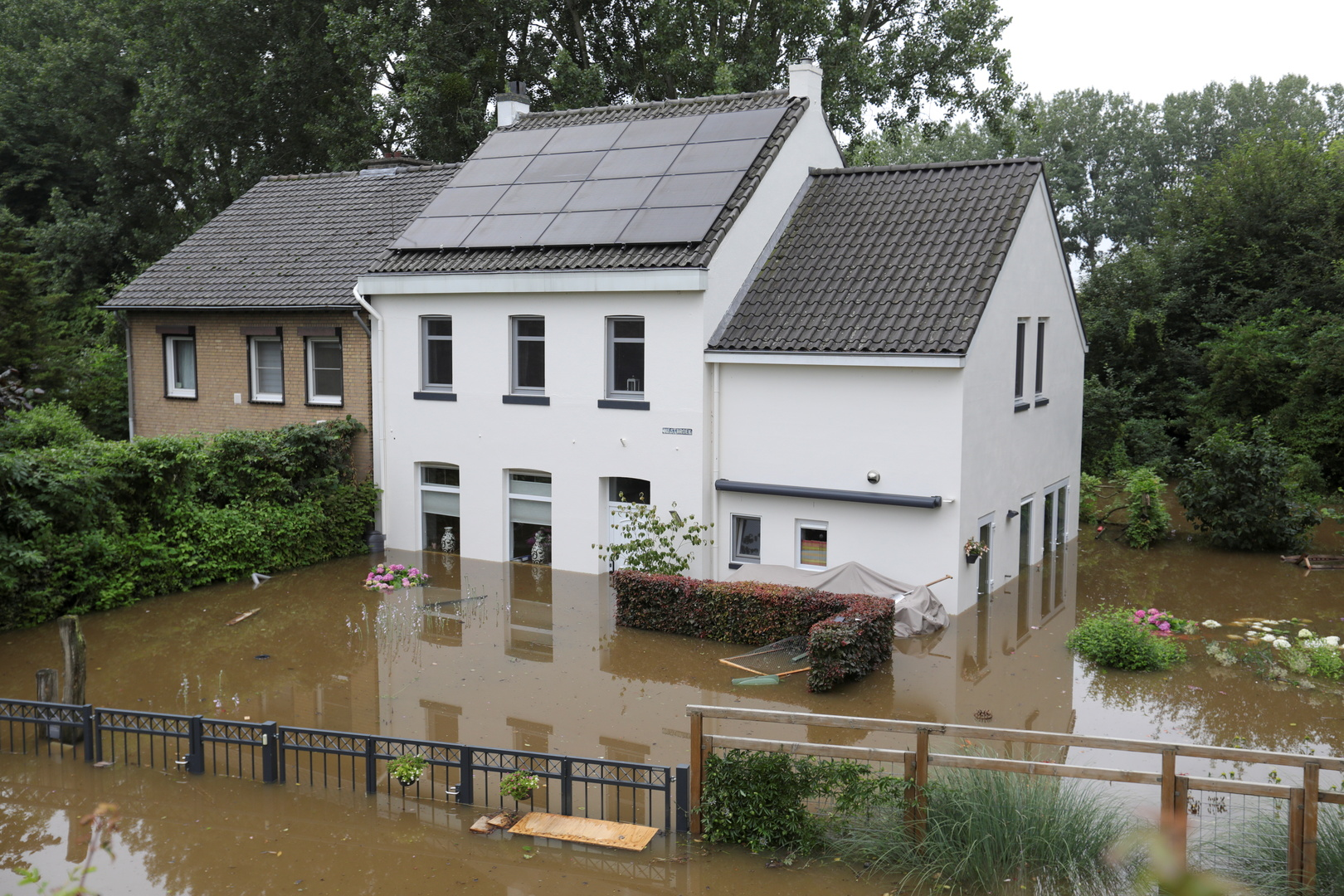 هولندا.. فرار الآلاف بعد فيضان أحد السدود (صور)