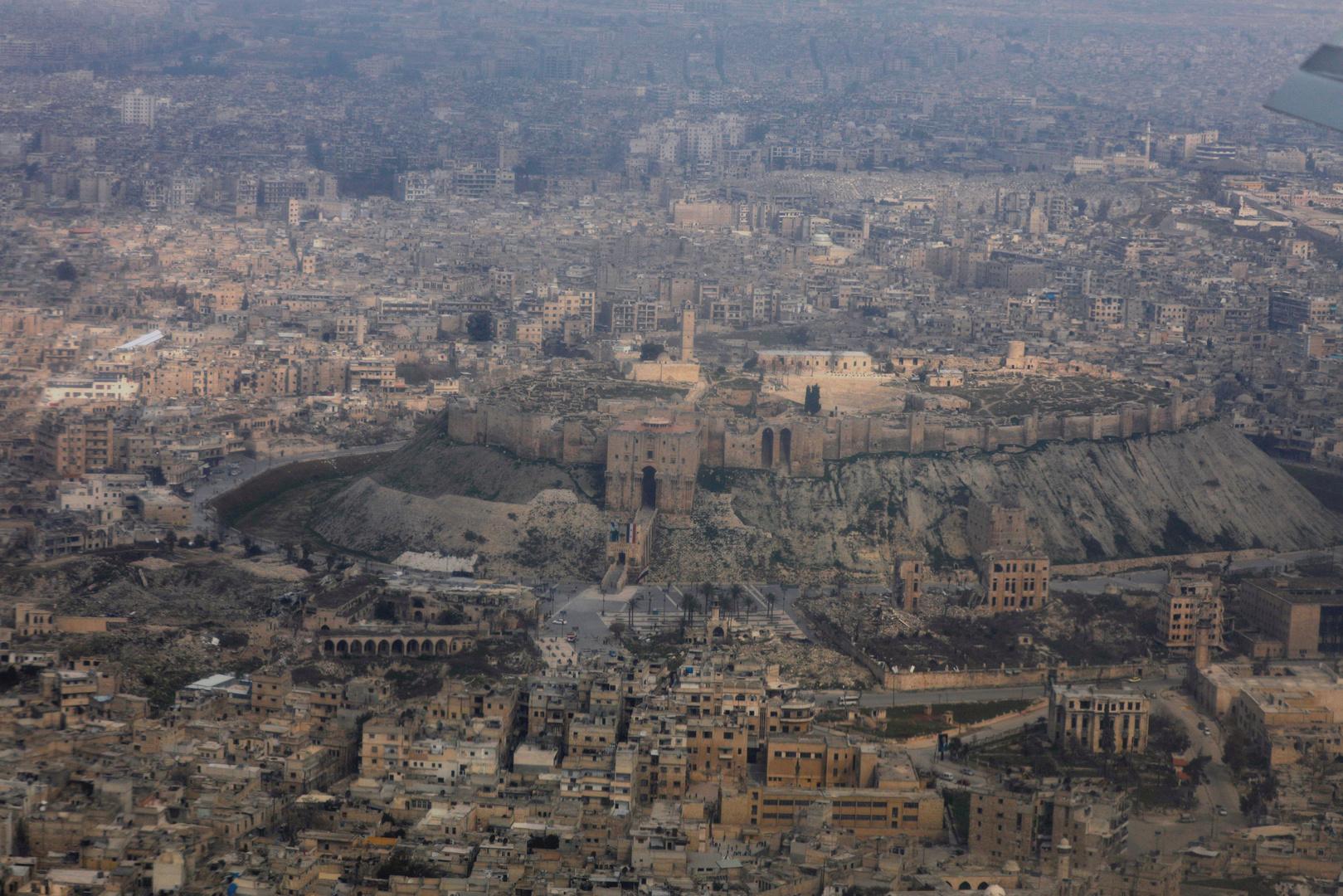 وسائل إعلام: انفجار عبوة ناسفة بسيارة في مدينة الباب شرق حلب بسوريا
