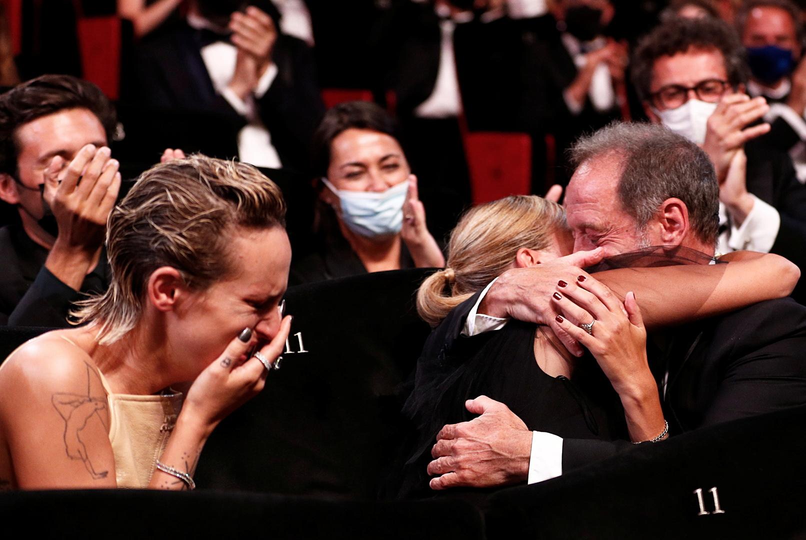 مخرجة فرنسية تفوز بالسعفة الذهبية في مهرجان كان السينمائي (صور)