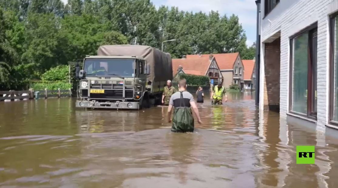 الجيش الهولندي يجلي المنكوبين عن منازلهم المغمورة بمياه الفيضان