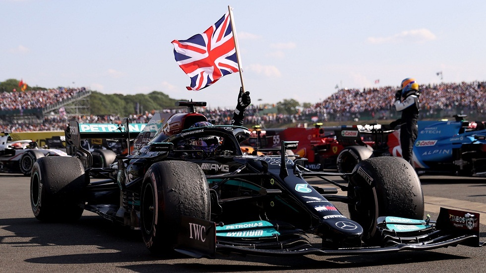 فوز مثير للجدل لهاميلتون للمرة الثامنة بسباق بريطانيا للفورمولا 1 (فيديو وصور)