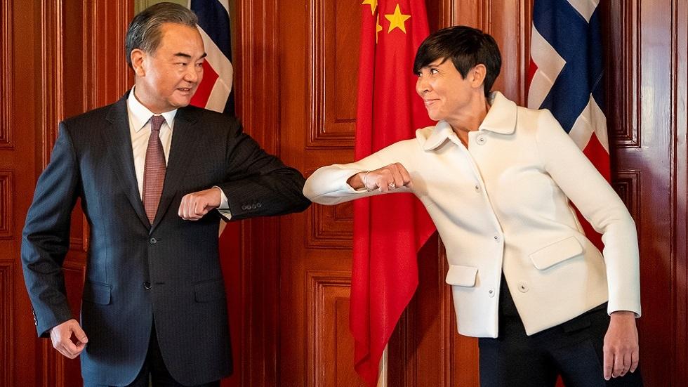 وزيرة الخارجية النرويجية إينه إريكسن سوريد ونظيرها الصيني وانغ يي خلال زيارته إلى أوسلو في أغسطس 2020