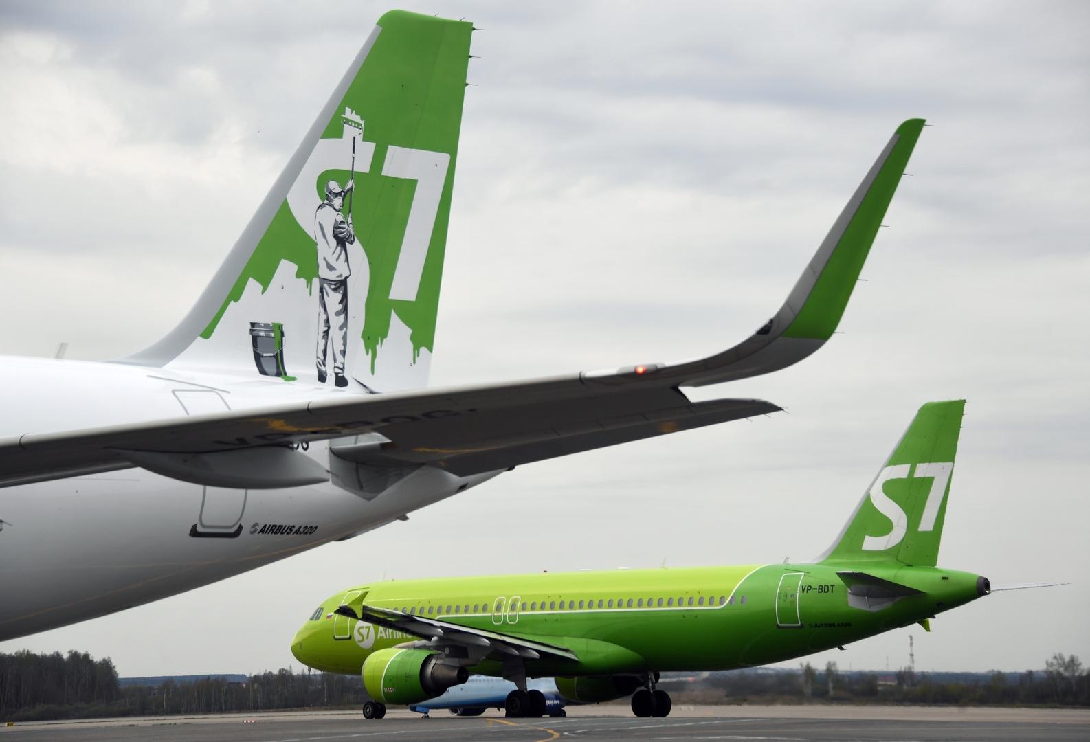 طائرتان في مطار