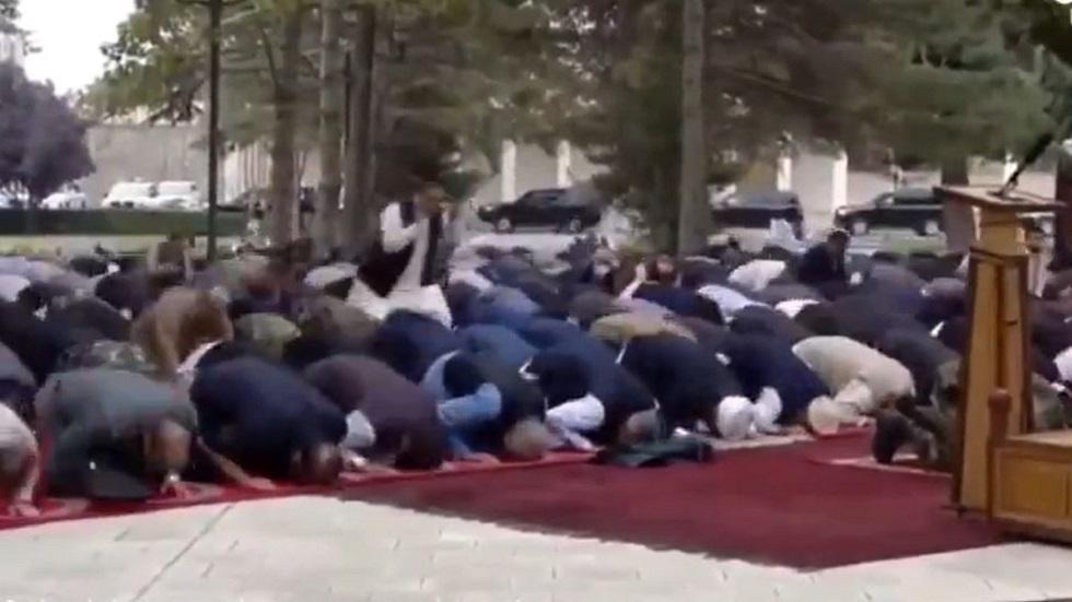بعضهم تابع صلاته وآخرون فروا.. شاهد لحظة سقوط قذائف قرب القصر الرئاسي بكابل خلال صلاة عيد الأضحى
