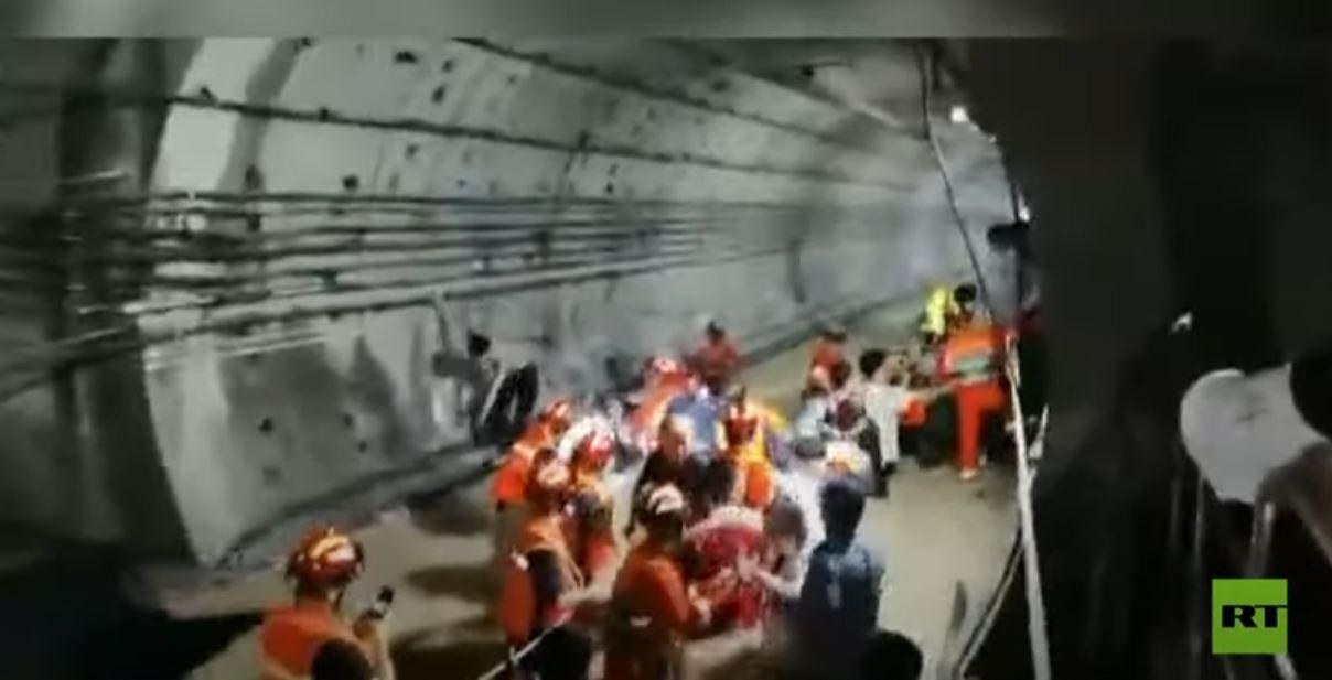 شاهد.. مياه الأمطار تدخل مترو أنفاق الصين وتحاصر المئات بداخله