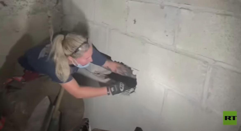 إنقاذ كلب عالق بين جداري المرآب منذ أيام