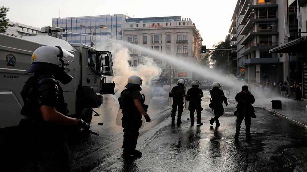 الشرطة اليونانية تطلق الغاز لتفريق المحتجين على التطعيم الإلزامي ضد كورونا