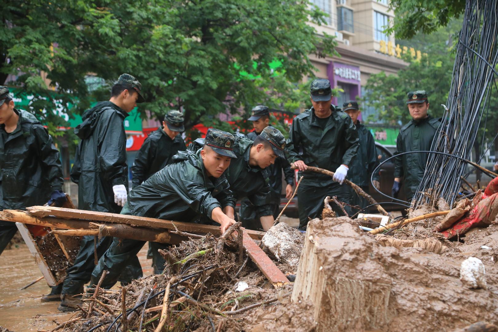 مدينة تشنغتشو الصينية تبدأ عمليات التنظيف بعد عواصف قتلت 33 شخصا