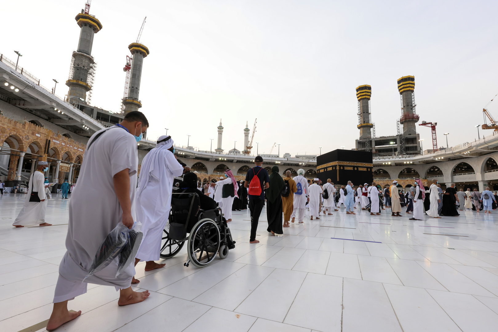 الحجاج يتوافدون إلى المسجد الحرام لأداء طواف الوداع (صور+فيديو)