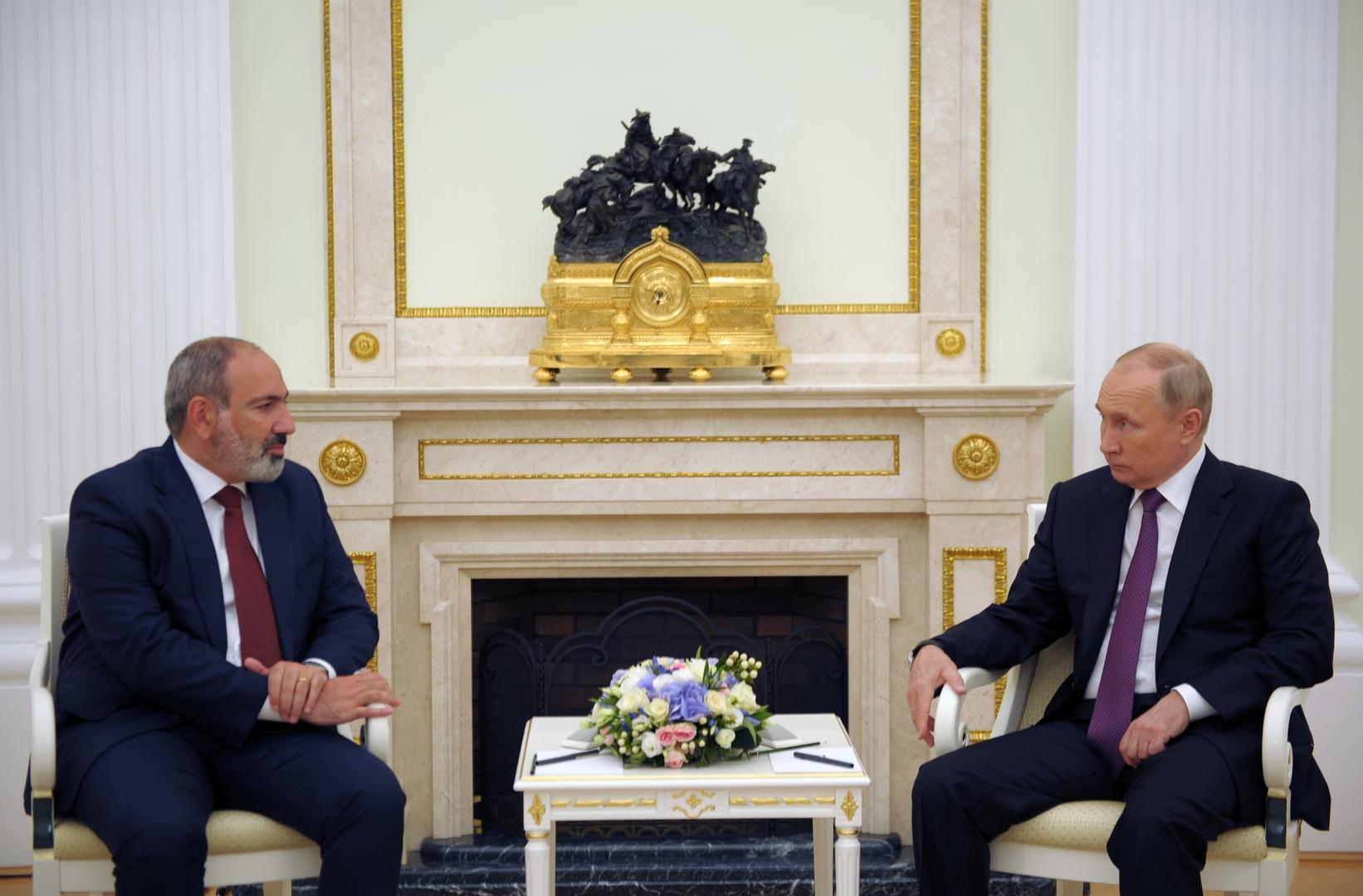 الرئيس الروسي، فلاديمير بوتين، والقائم بأعمال رئيس وزراء أرمينيا، نيكول باشينيان.