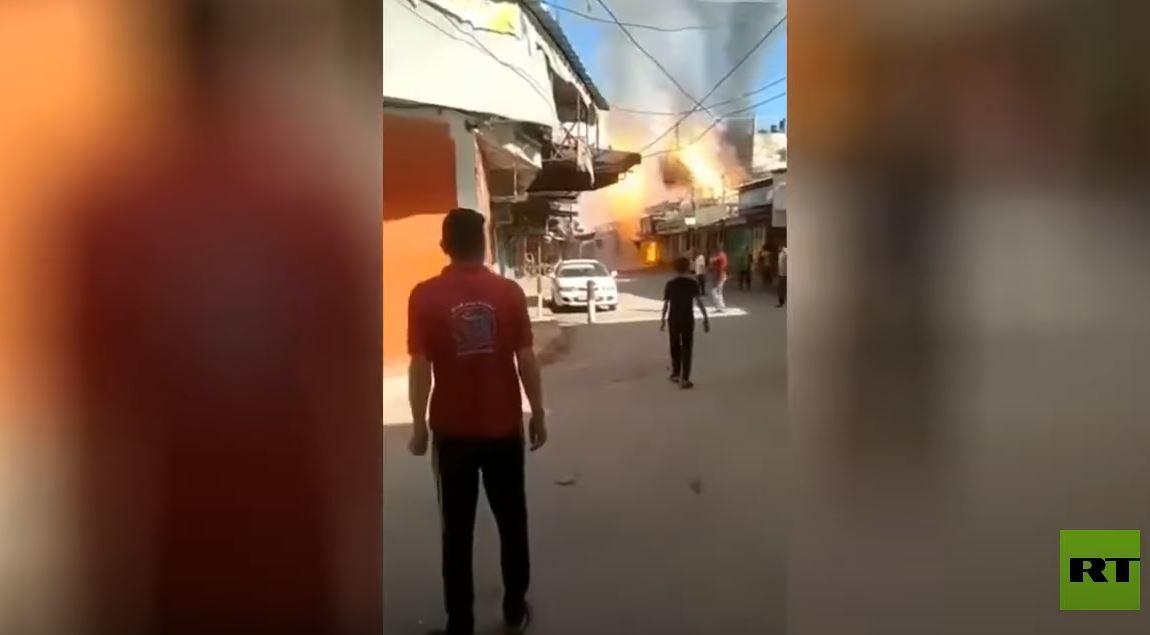 لحظة وقوع انفجار ضخم في أحد أسواق غزة