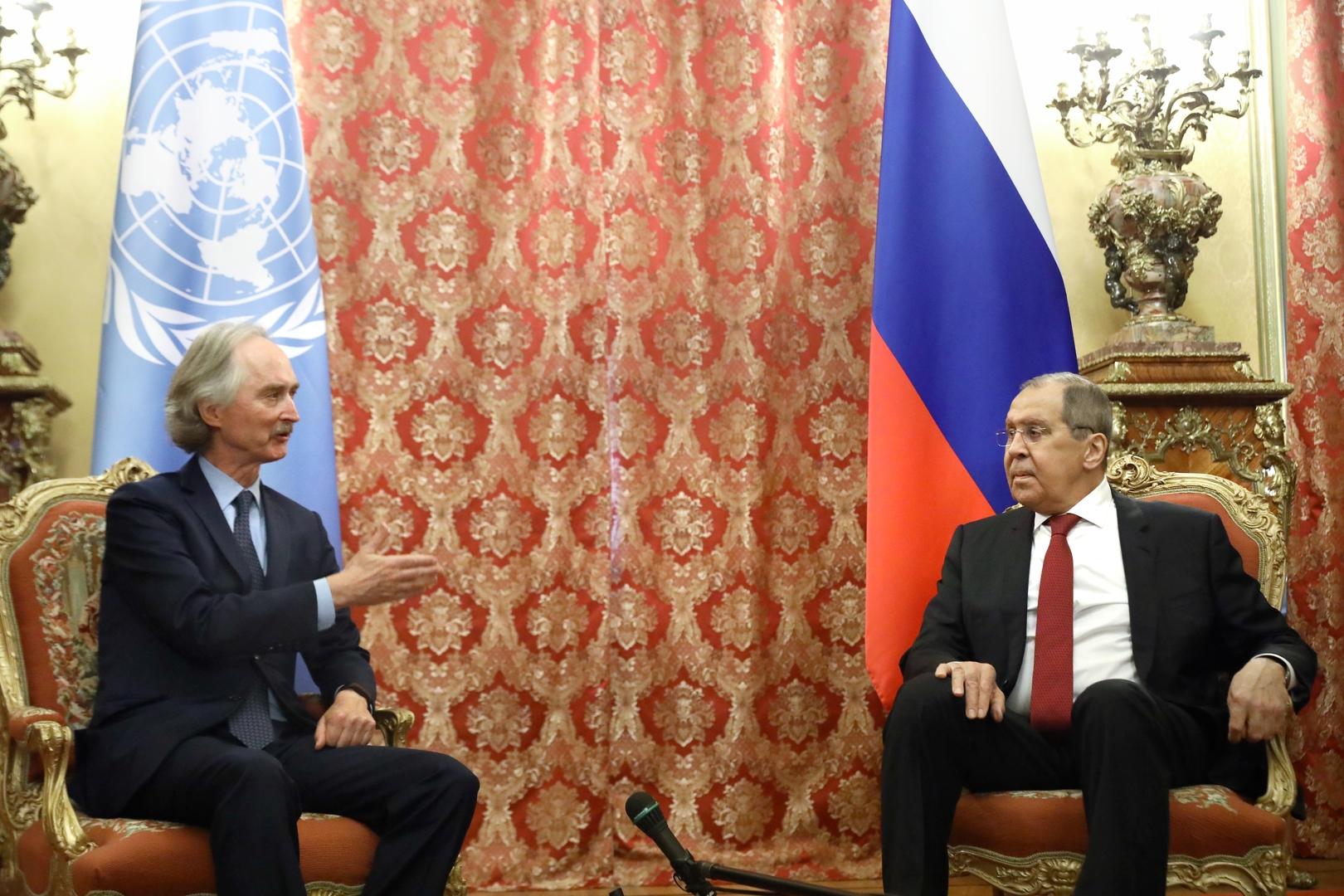 وزير الخارجية الروسي، سيرغي لافروف، والمبعوث الأممي الخاص إلى سوريا، غير بيدرسن.