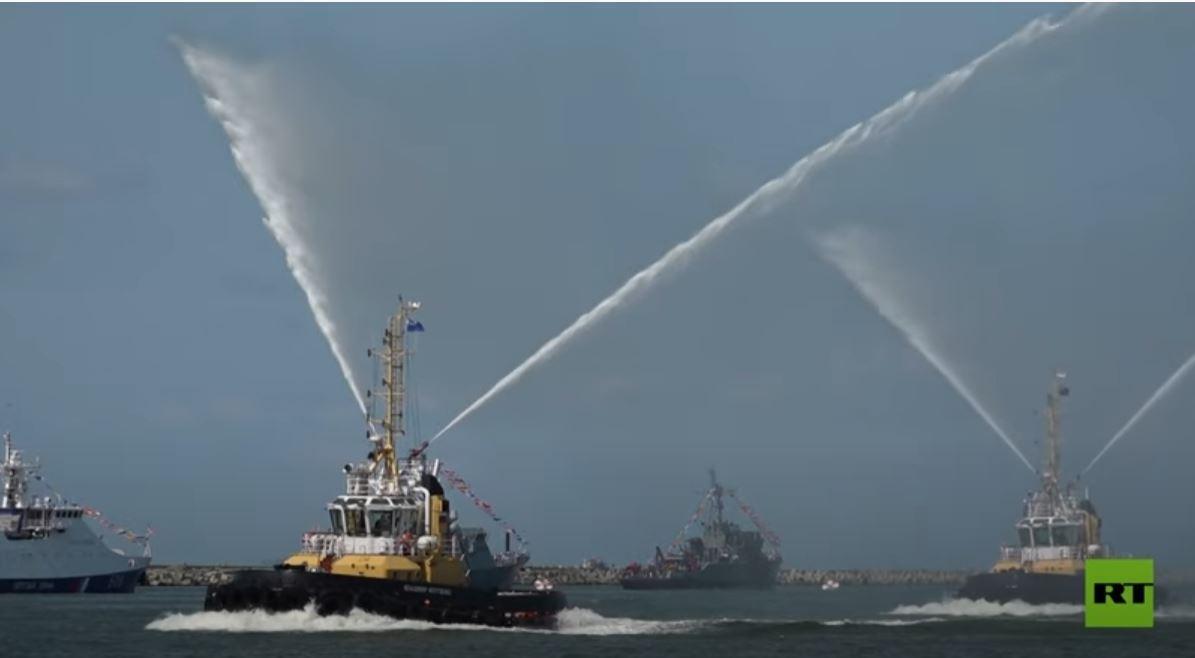 سفن حربية تشارك في استعدادات نهائية للعرض العسكري الكبير بمناسبة عيد البحرية