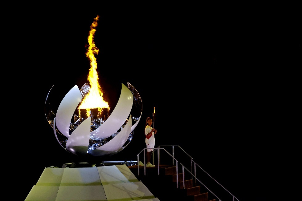 أوساكا توقد الشعلة الأولمبية