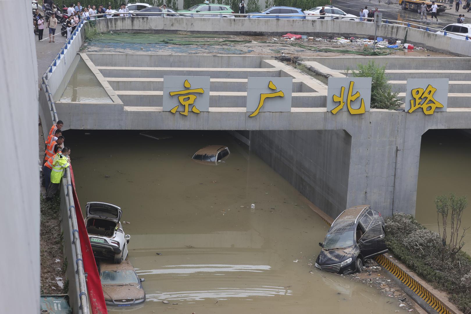 الصين تنقل السكان من مناطق غمرتها الفيضانات وتصرف الأنفاق (صور)