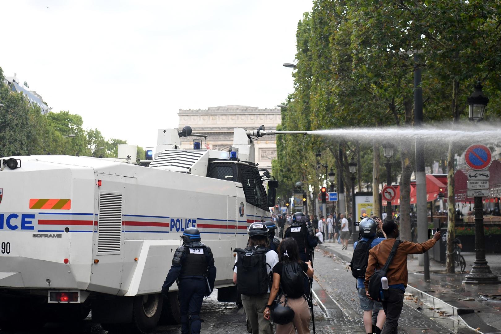 اشتباكات عنيفة بين الشرطة ومحتجين على