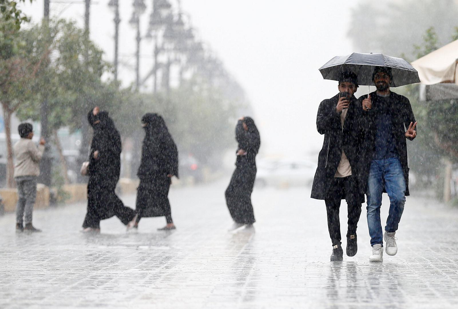 أمطار غزيرة في منطقة جازان السعودية وعقوبات على المتهورين (فيديوهات)