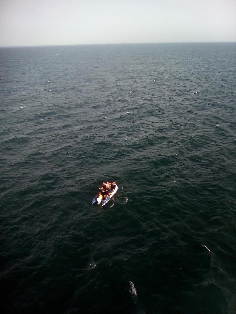 مهاجرون على متن قارب أمام مدينة كاليه الفرنسية.