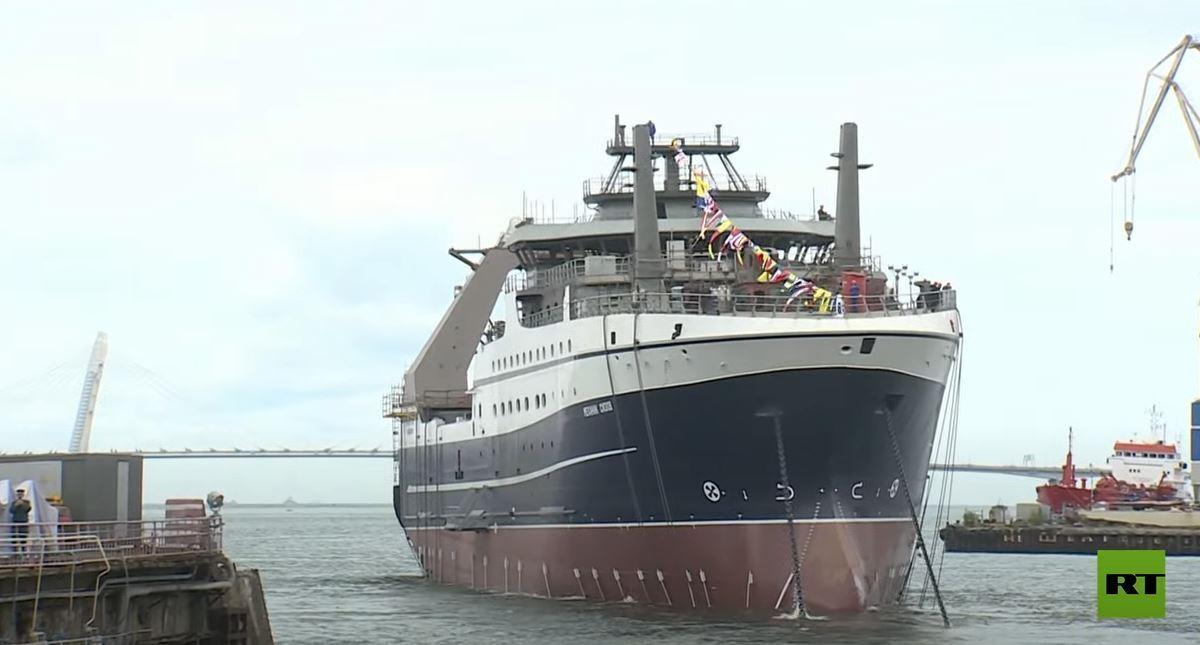 عملية إنزال سفينة الصيد العملاقة في بطرسبورغ بمشاركة الرئيس الروسي