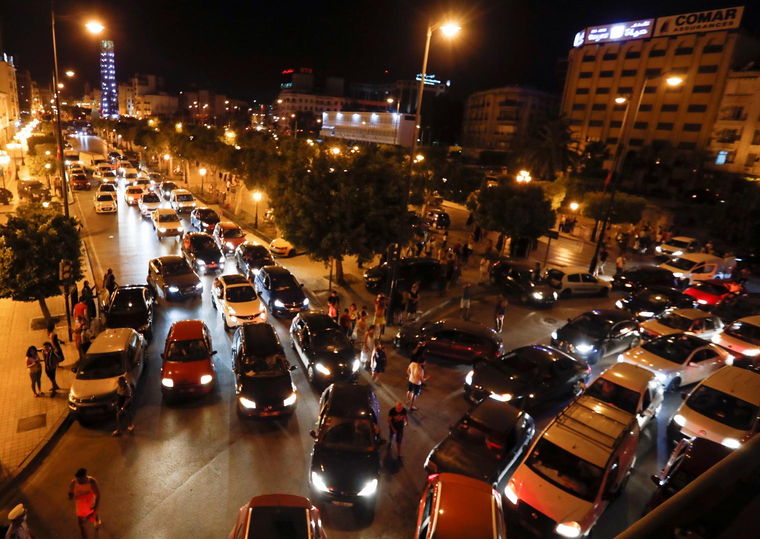 تونسيون يتدفقون إلى شوارع العاصمة للاحتفال بقرار رئيس البلاد، قيس سعيد، تجميد عمل البرلمان وإقالة الحكومة.