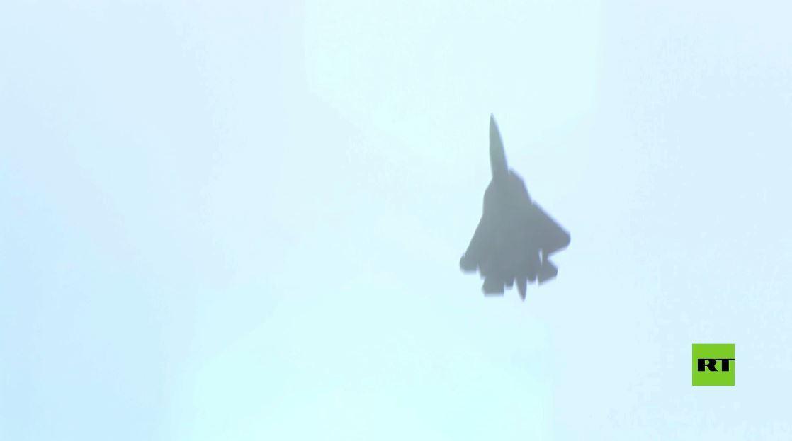 شاهد.. مقاتلة سو-57 تحوم عموديا في الهواء أثناء عرض مذهل في معرض ماكس-2021