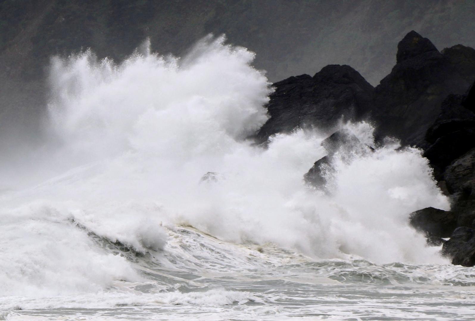 تحذيرات في اليابان من عاصفة استوائية ستحدث طقسا عاصفا وأمواجا عالية