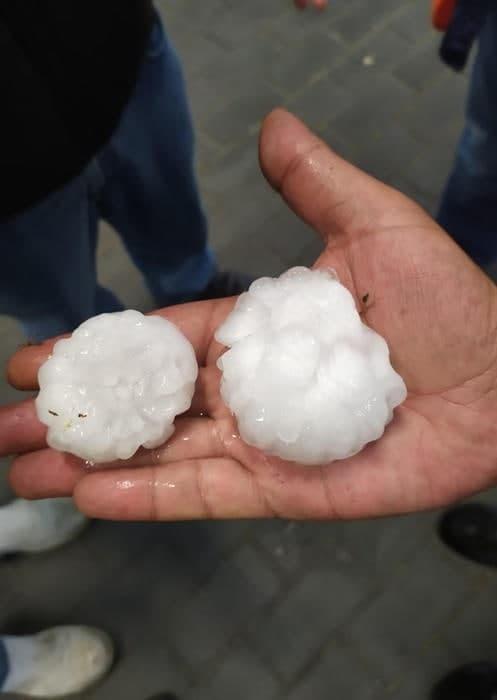 عاصفة وبرد بحجم التفاح في إيطاليا يتسبب في خسائر مادية (فيديو)