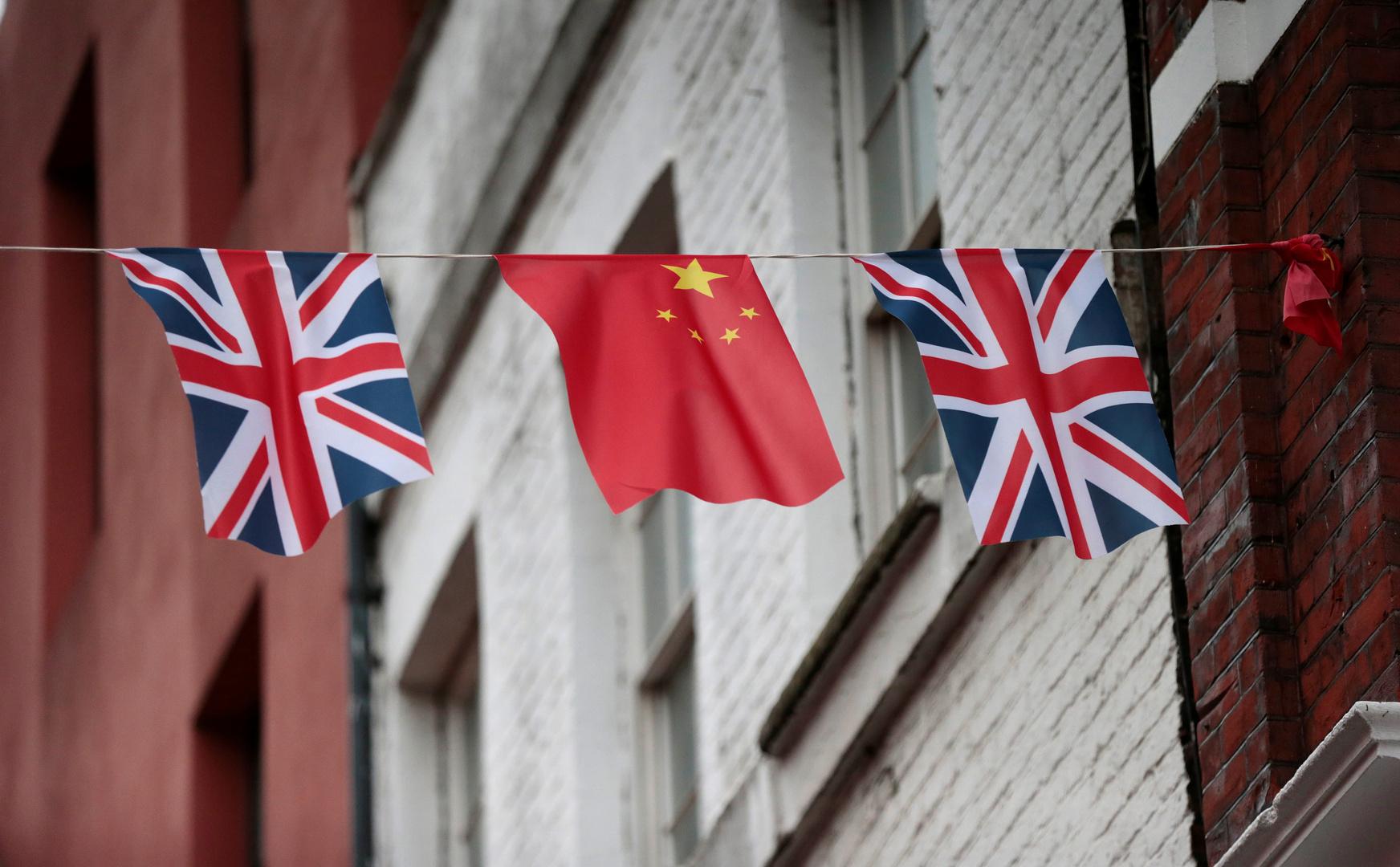 العلم الصيني والعلم البريطاني