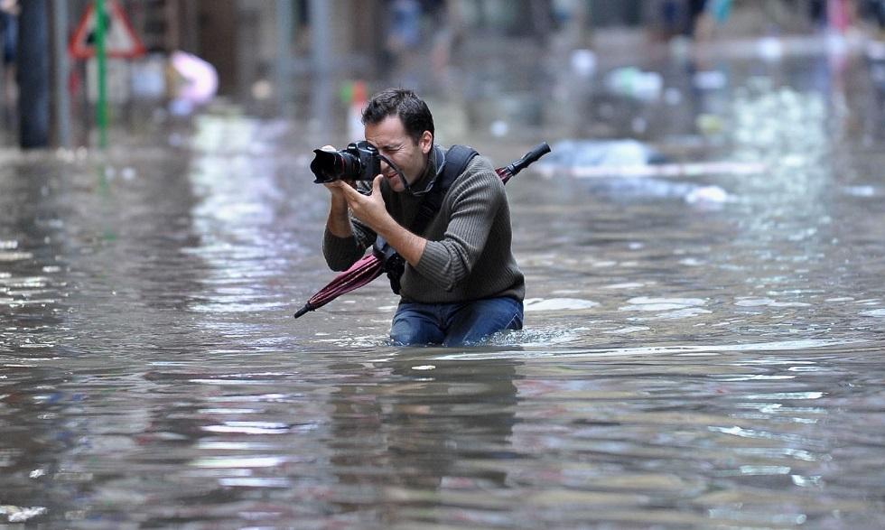 صحفي يغطي فيضانا في الصين
