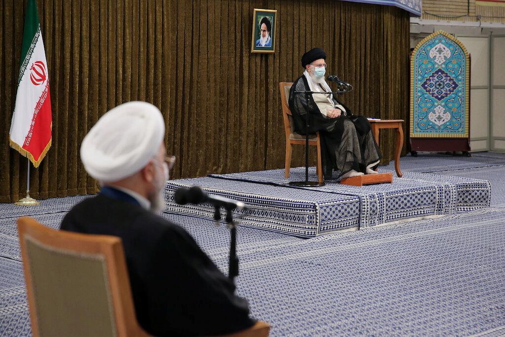 المرشد الإيراني علي خامنئي والرئيس الإيراني المنتهية ولايته حسن روحاني