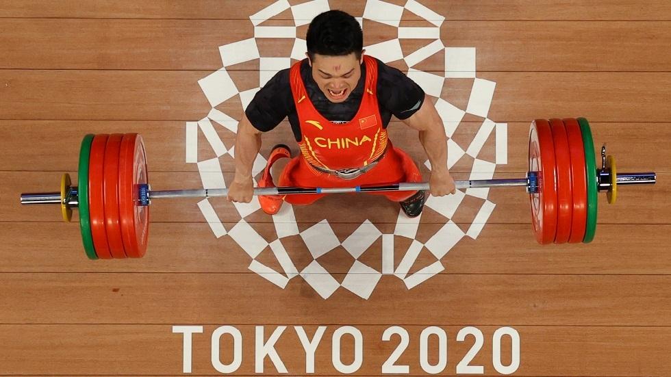 الرباع الصيني شي يحطم رقمه القياسي العالمي ويفوز بذهبية وزن 73 كغم في رفع الأثقال
