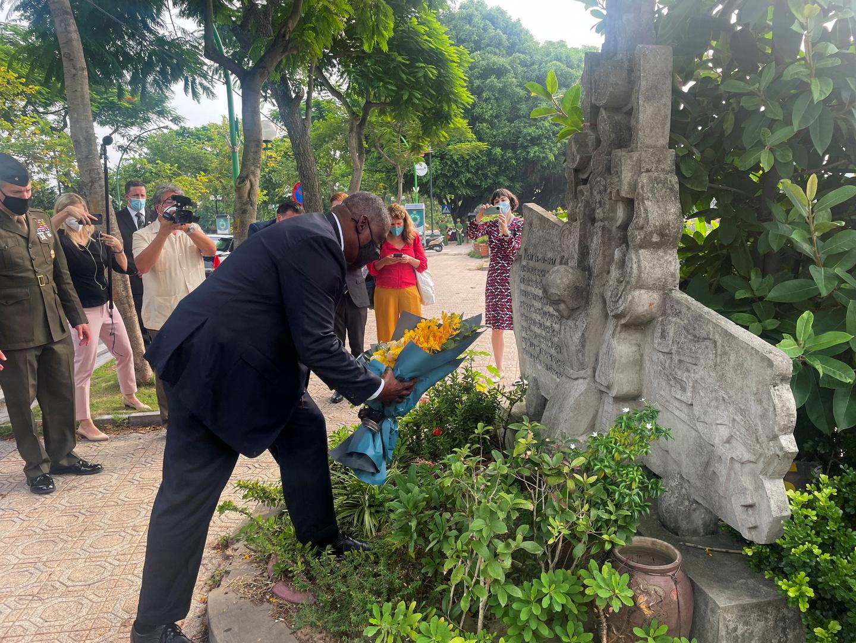 أوستن يزور الموقع الذي أسقطت فيه طائرة السناتور الأمريكي الراحل جون ماكين في أكتوبر 1967، هانوي.