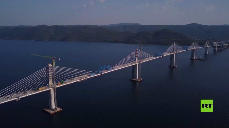 بالفيديو.. احتفال واسع مع ألعاب نارية أثناء مراسم تدشين جسر فوق البحر الأدرياتيكي