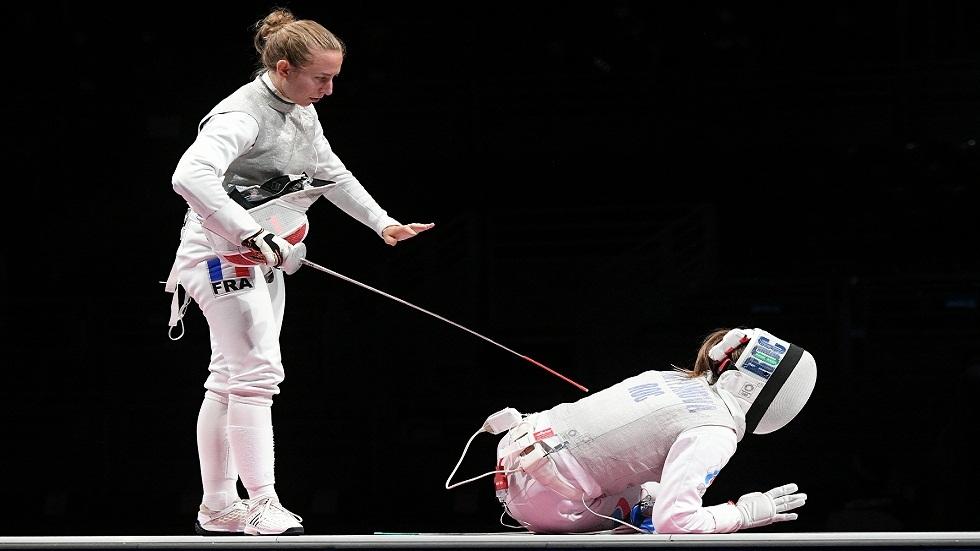 بعد أن تحاملت على إصابتها للتتويج بذهبية الأولمبياد..الروسية مارتيانوفا تغادر على كرسي متحرك