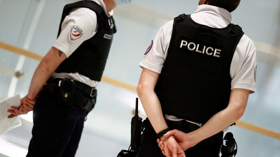الشرطة الفرنسية تغلق شارعا في باريس بعد اصطدام سيارة بمقهى