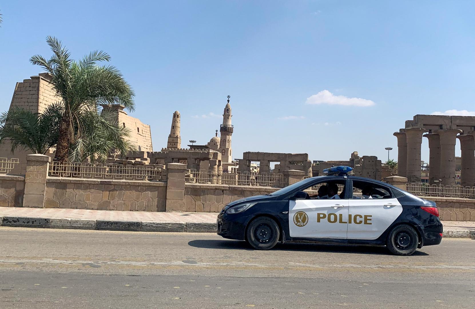 مصر.. تخفى في ملابس نسائية وبنقاب أسود لكن صوته وشى به
