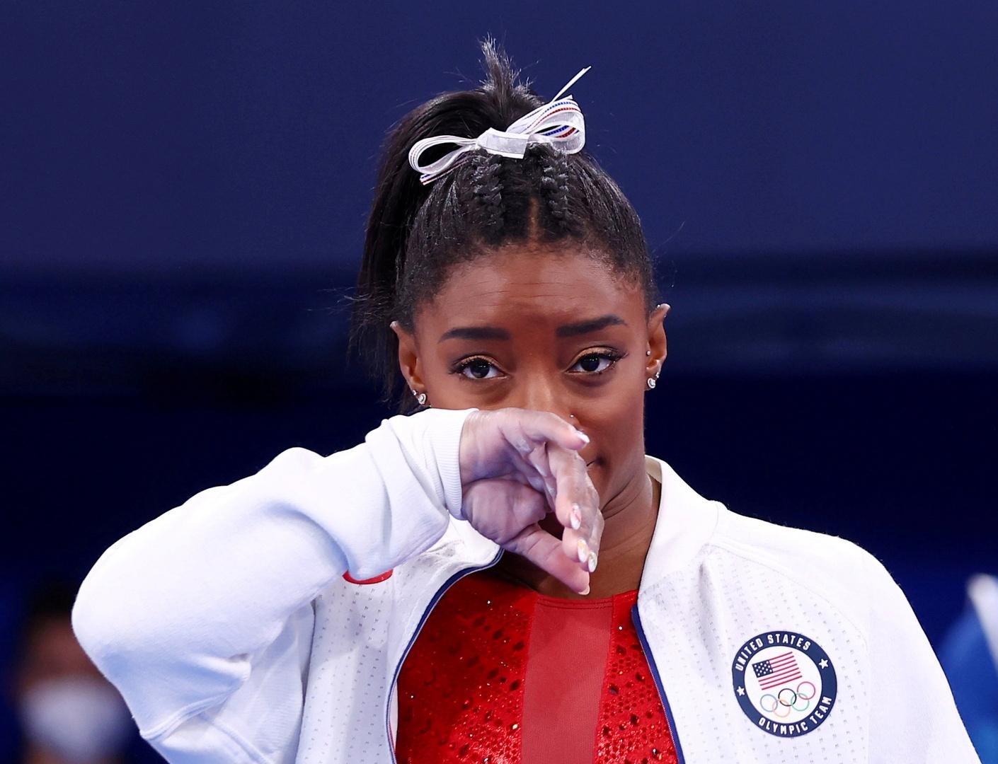 أسطورة الجمباز الأمريكية بايلز تضحي بالميداليات